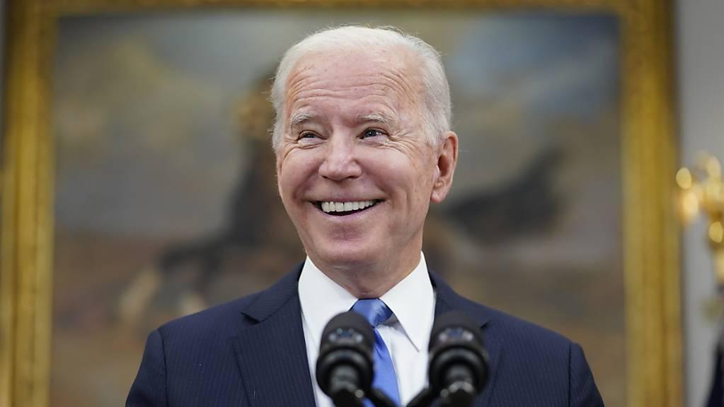 US-Präsident Joe Biden hält im Roosevelt Room des Weißen Hauses eine Rede.