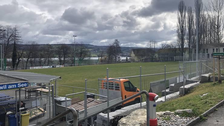 Derzeit herrscht gähnende Leere auf dem Fussballplatz in Beinwil am See. Bald soll er jedoch wieder wasserfrei sein.