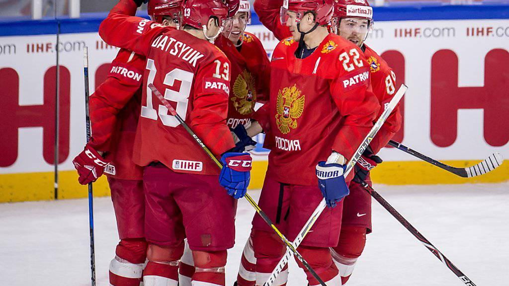 Die russischen Spieler jubeln über einen Treffer gegen die Slowakei. Am Ende siegten die Russen 4:0 und gewährten der Schweiz damit im Kampf um das letzte Viertelfinal-Ticket Schützenhilfe