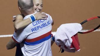 Petra Kvitova freut sich mit Captain Petr Pala