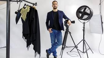 Der Fashion-Fotograf Christoph Marti steht in seinem Studio in Biberist ausnahmsweise vor der Kamera.