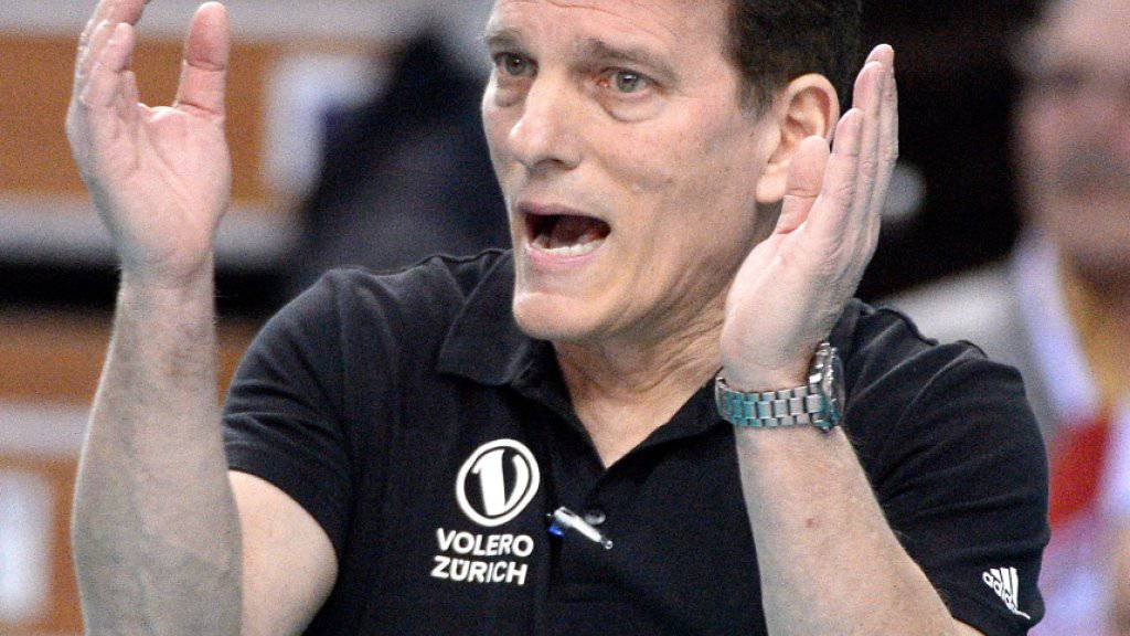 Volero-Coach Avital Selinger feuert seine Spielerinnen lautstark an