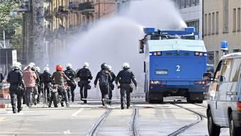 Die Polizei drängt die Teilnehmer einer unbewilligten Gegendemonstration mit dem Wasserwerfer zurück. Bilder: Keystone