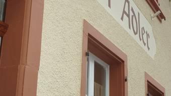 Neue Farbe - Neuer Wirt: Der neue Wirt, Richi Baumberger, vor dem frisch herausgeputzten «Adler» in Oberhof.