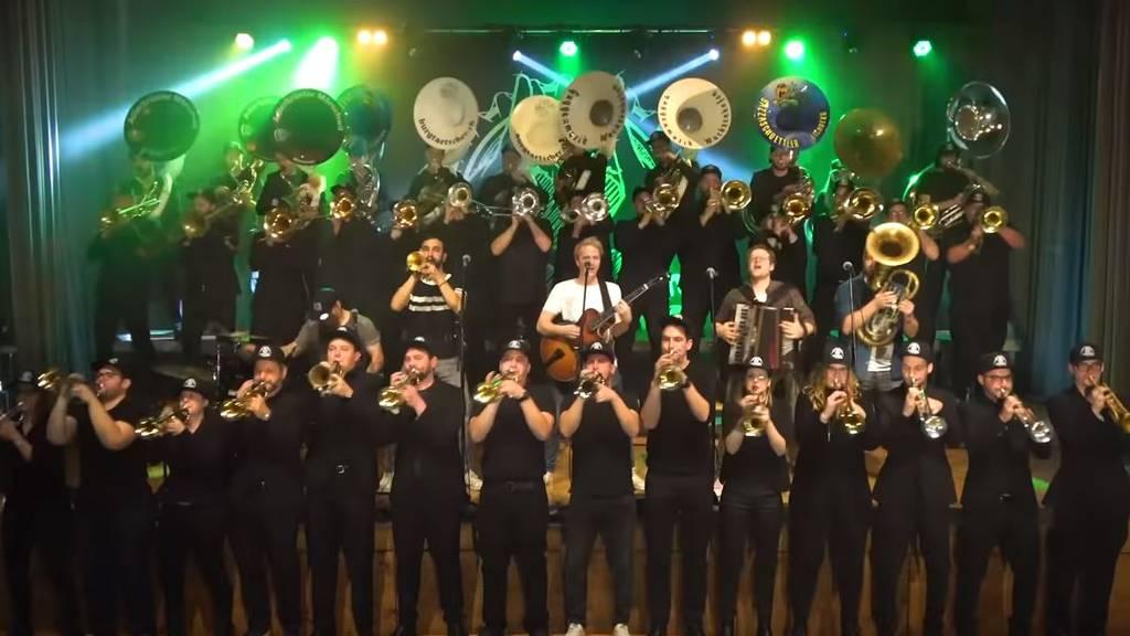 Fäaschtbänkler schnappen sich Guggenmusiker