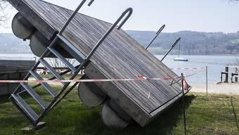 Absperrungen bei Parkplätzen und anderen Örtlichkeiten am Greifensee sollen verhindern, dass sich dort zu viele Menschen versammeln.