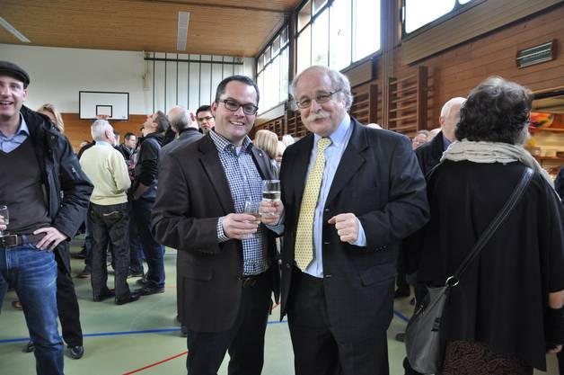 Badener Stadtammann Kandidierender Roger Huber und Gemeindeammann Renato Sinelli stossen aufs neue Jahr an