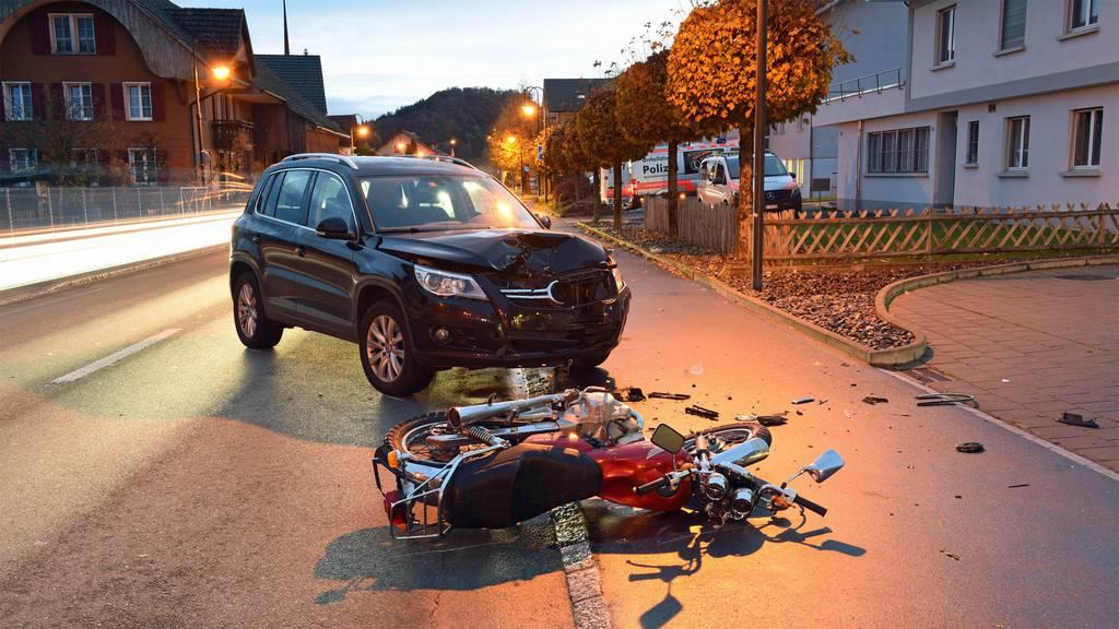 Schwere Kollision zwischen Auto und Motorrad