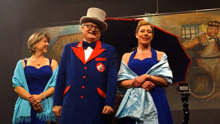 Ehrenkammerer Harold de Globetrotter mit seinen beiden Ehrendamen.
