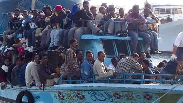 Flüchtlinge kommen auf der sizilianischen Insel Lampedusa an (Archiv)