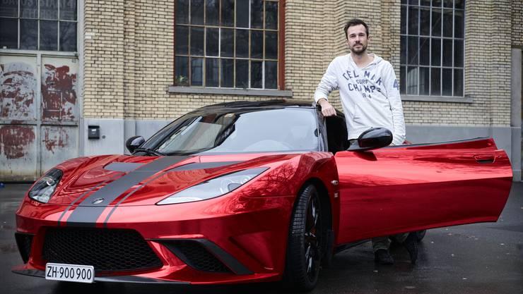 Ohne Bitcoins würde er immer noch Roller fahren. Yves (27) hat das Zeichen der Kryptowährung auf seinen Sportwagen geklebt.