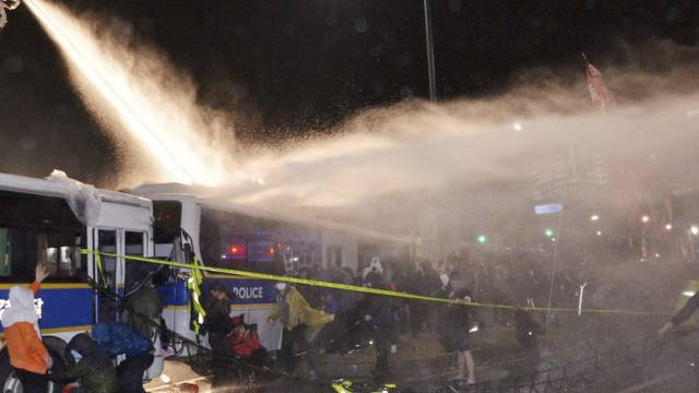 Die Polizei setzt Wasserwerfer gegen Demonstranten ein
