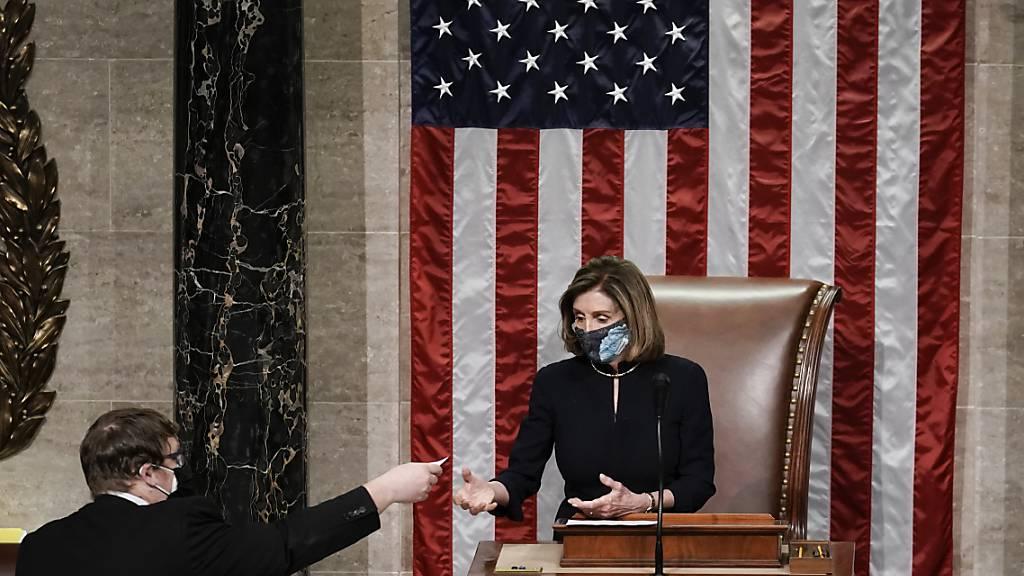 Nancy Pelosi, Sprecherin des Repräsentantenhauses, leitet die Schlussabstimmung um das Amtsenthebungsverfahren gegen Präsident Trump. Foto: J. Scott Applewhite/AP/dpa