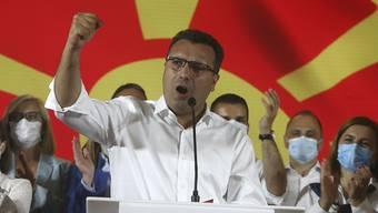dpatopbilder - Zoran Zaev, Vorsitzender der pro-europäischen Sozialdemokraten (SDSM), erklärt seinen Sieg bei den Parlamentswahlen. Foto: Boris Grdanoski/AP/dpa