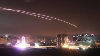 Die syrische Luftabwehr reagiert auf einen Raketenbeschuss in der Nacht auf Donnerstag.