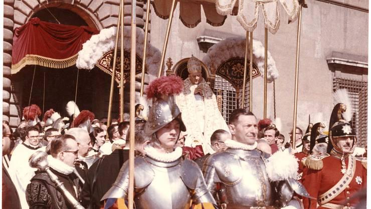 1960: Als Schweizergardist begleitete Werner Affentranger (links) Papst Johannes XXIII. Zu diesem Bild sagt der heute 70-Jährige: «All diesen Pomp hier hat die Kirche inzwischen zum Glück verloren.»  (ZVG)