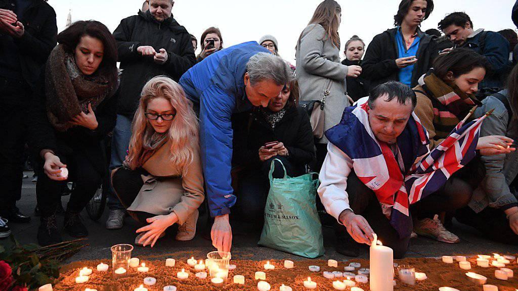 Londoner zünden auf dem Trafalgar Square Kerzen für die Terroropfer an.