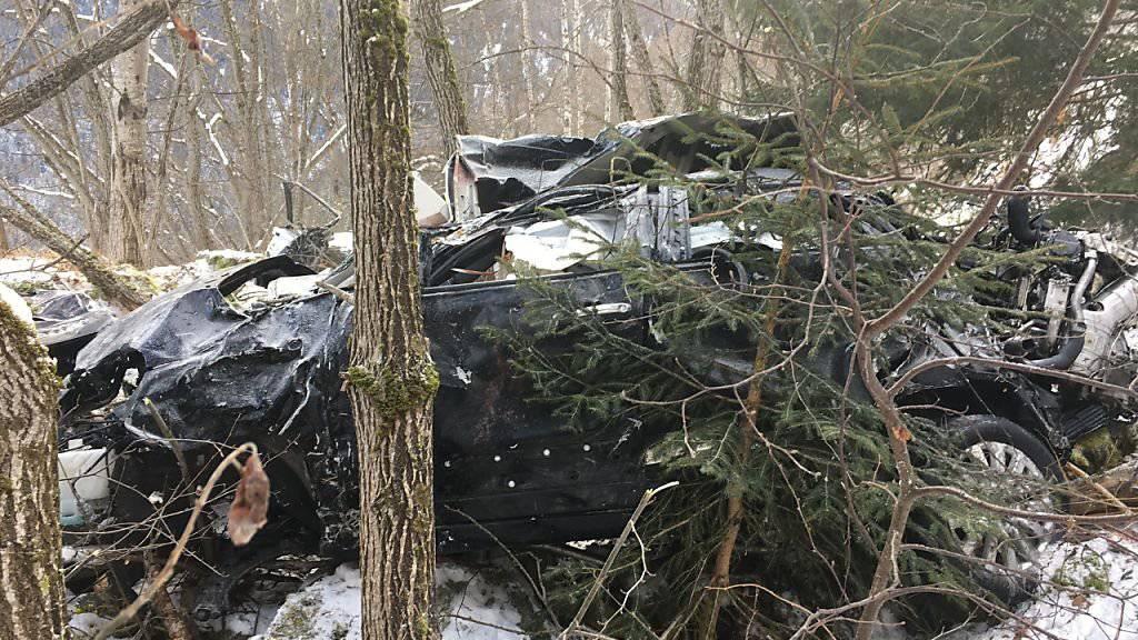 Bei einem Autounfall in Martigny VS ist ein russisches Ehepaar ums Leben gekommen. Zwei Kinder überlebten den Unfall. Das Auto überschlug sich mehrmals und kam nach rund 225 Metern in abschüssigem Gelände zum Stillstand.