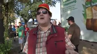 Dieser Mann (und dessen Hut) ist derzeit auf zahlreichen Memes in Deutschland zu sehen. Hier erklären wir dir warum