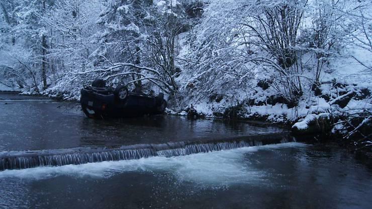 Das Auto kam auf dem Dach liegend zum Stillstand. Der Lenker und die Beifahrerin konnten sich aus eigener Kraft aus dem Fahrzeug befreien.