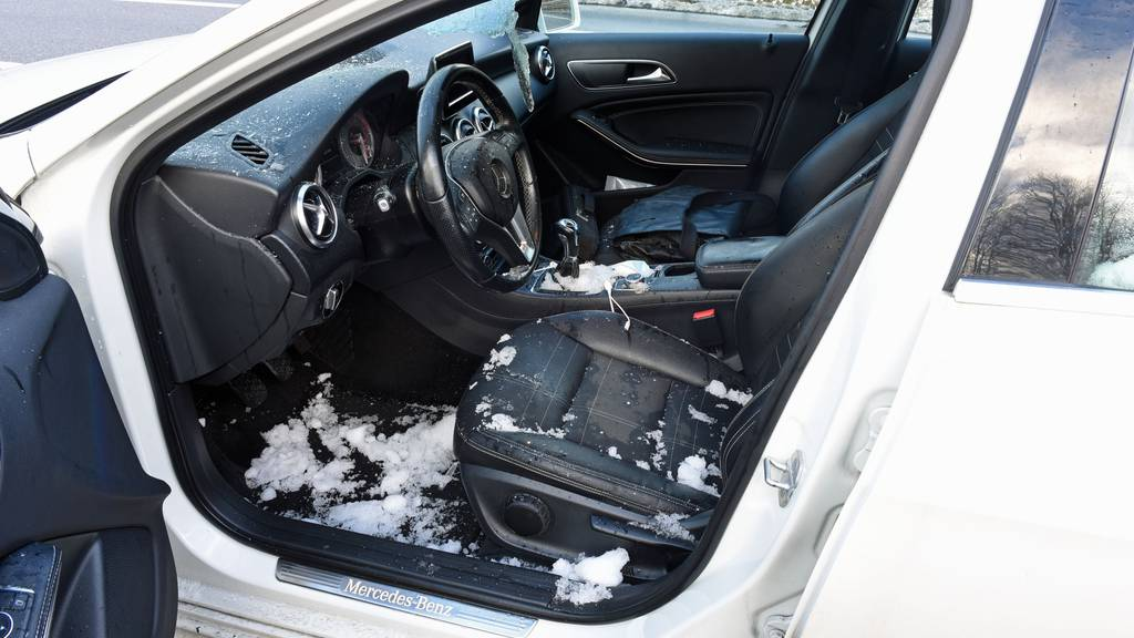 Eisblock flog durch Frontscheibe und verletzte Autofahrer