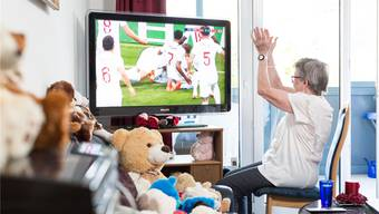 Sie sieht nur ein Meer aus Weiss und Rot: Aber Ruth Häuptli feiert das Goal der Engländer im WM-Halbfinal-Match gegen Kroatien enthusiastisch. Raphael Hünerfauth