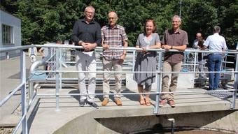 Freuen sich über die Inbetriebnahme der ausgebauten ARA Umiken (v. l.): Vizeammann René Fiechter von Schinznach-Bad, Gesamtprojektleiter Rolf Balz, Vizeammann Andrea Metzler von Brugg sowie Stefan Zinniker, stellvertretender Leiter Planung und Bau Brugg.