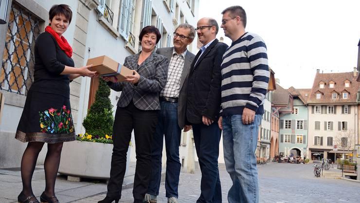 Die Leiterin des Stadtbüros, Nadine Marra, nimmt die Unterschriftenbögen vom SVP-Referendumskomitee mit Susanne Heuberger, Heinrich Hochuli, Thomas Richner und Marc Bonorand entgegen (v.l.). Kus