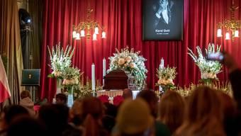 """Tausende nehmen in Prag Abschied von Karel Gott; der """"Sinatra des Ostens"""" war am 1. Oktober mit 80 Jahren gestorben."""