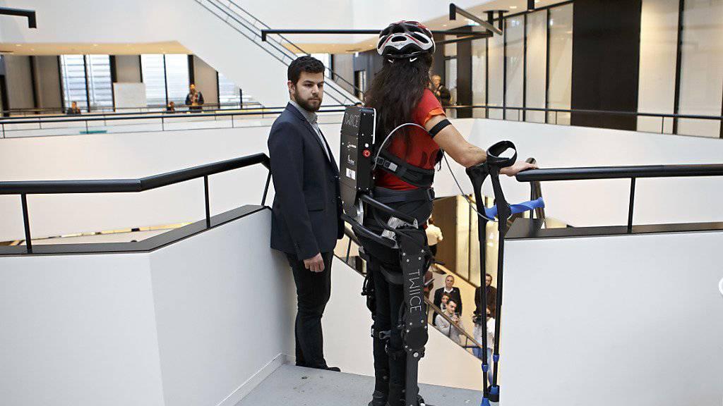 Ein Helfer bleibt in der Nähe, um gegebenenfalls mit dem Exoskelett zu assistieren. Besondere Fachkenntnisse müsse ein solcher Begleiter aber nicht haben, so die EPFL-Forscher.
