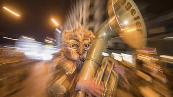 Momentaufnahme eines Musikanten während dem grossen Finale, dem Monster-Corso