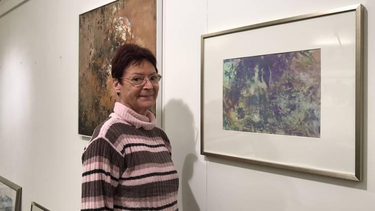 Elsbeth Hophan vor zwei ihrer insgesamt 25 Bilder, die sie im Singsaal ausstellt.