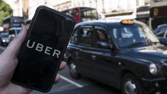 Uber gegen Taxi: Die Londoner Behörden haben die Reissleine gezogen und wollen den Fahrdienst auf Eis legen. Doch nicht nur juristischer Widerstand regt sich. (Themenbild)