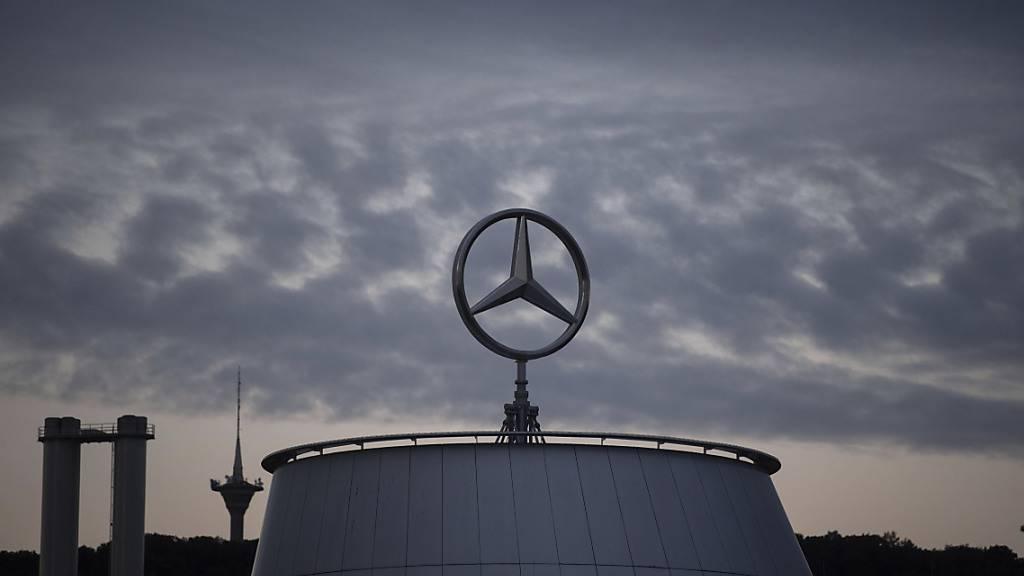 Dunkle Wolken über dem Daimler-Konzern. Im zweiten Quartal 2020 hat das Unternehmen mit Sitz in Stuttgart einen Verlust in Milliardenhöhe eingefahren. (Archivbild)