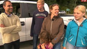 Luis (46) und Suzanne (39) mit den Kindern John (15), Luna (7) und Rutt (16) in die Nähe von Alaskas Hauptstadt Juneau. Die die Rapper Koray (32), Daniel (30) und Pita (24) nach ihrer Ankunft in Kalifornien, wo es schnell die erste Ernüchterung gibt.