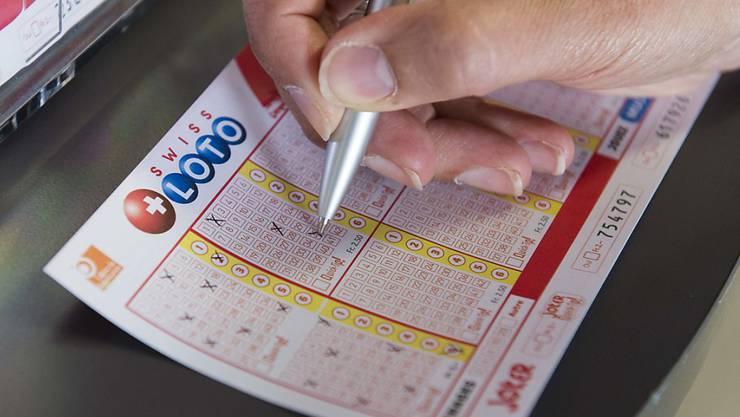 Beim Swiss Lotto haben im vergangenen Jahr 29 Mitspielende einen Millionengewinn einstreichen können. (Archivbild)
