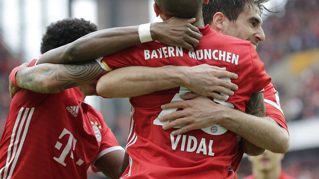 Ein seltener Torschütze wird gefeiert: Javi Martinez (im Hintergrund) jubelt mit Arturo Vidal über seinen Treffer zum 1:0