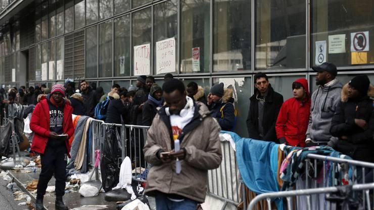 Flüchtlinge stehen im Dezember 2017 in Paris Schlange, um ein Asylgesuch einzureichen. (Archivbild)