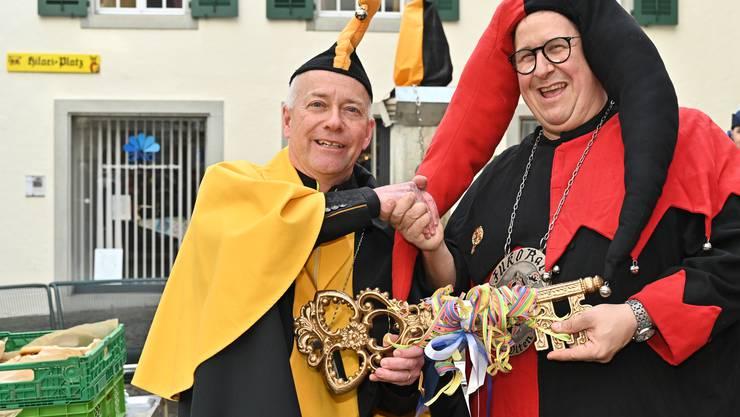 Im Beisein zahlreicher Fasnächtler  übernahm Obernaar Hilarius 100., Philipp Müller, den symbolischen Schlüssel von Stadtpräsident und Zunftkollegen Martin Wey (links im Bild)