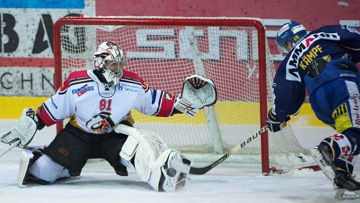 Langenthals Marc Kämp verpasst eine Chance gegen Basels Goalie Urban Leimbacher.