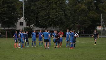 Trainer Valerio Hélder (mit schwarzem Shirt) zeigt sich beim Training seiner Birmensdorfer sehr engagiert.