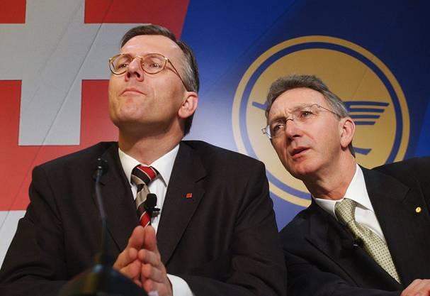 Swiss-CEO Christoph Franz links und Wolfgang Mayrhuber rechts informieren über die Swiss-Übernahme in Glattbrugg 2005