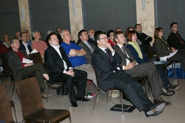 Stadtammann Franco Mazzi (Mitte) mit Ratskollegen und Parteienvertretern