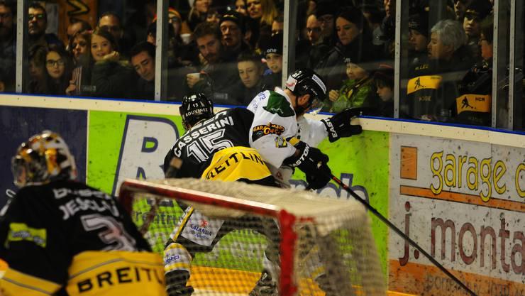 Giacomo Casserini (links) kämpft gegen Shayne Wiebe um den Puck.