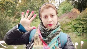 Zaher Al Jamous machte nach dem Wahlwochenende ein Selfie im Tierpark Dählhölzli in Bern. Sie färbte sich die Finger rot in Erinnerung an die erlebten unfreien Wahlen in Syrien. Bild: Zaher Al Jamous
