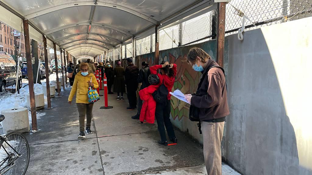 Menschen warten vor dem größten Corona-Impfzentrum des Staates New York, das auf dem Campus des Medgar Evers College in Crown Heights, Brooklyn, eröffnet wurde. Foto: Marie Le Ble/ZUMA Wire/dpa