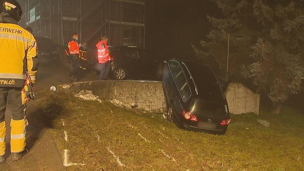 Mann fährt mit Auto auf Betonmauer