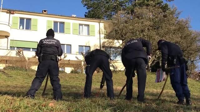Kantonspolizisten durchsuchen das Gelände um den Tatort an der Erlinsbacherstrasse 40 in Aarau nach Hinweisen zur Täterschaft