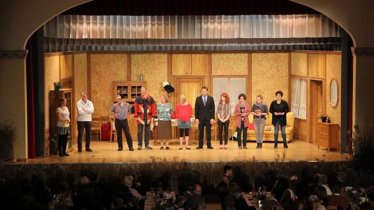 """Theatergruppe Gemischter Chor Rüedisbach-Oesch mit dem Stück """" De Unkel Willibald"""" wird verabschiedet und bedankt."""