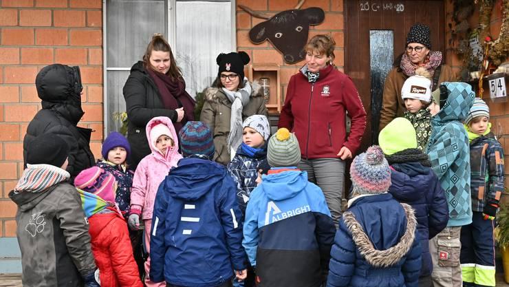 Gut 21 Kinder haben sich auf dem Berghof Rohr versammelt und warten bereits ungeduldig darauf, wann der Geburtstag endlich beginnt.